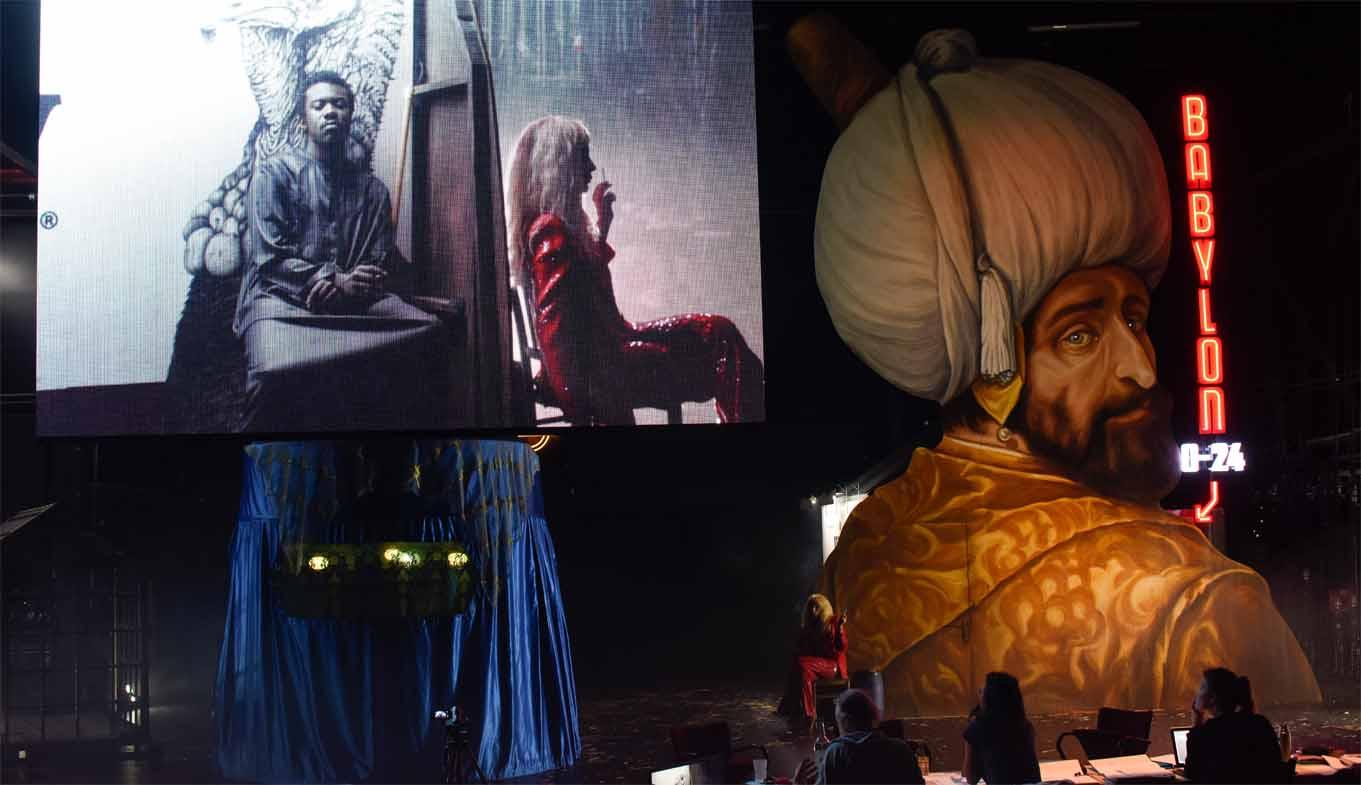 Wie immer Video und Theater in einem Bild - Castorf inszeniert