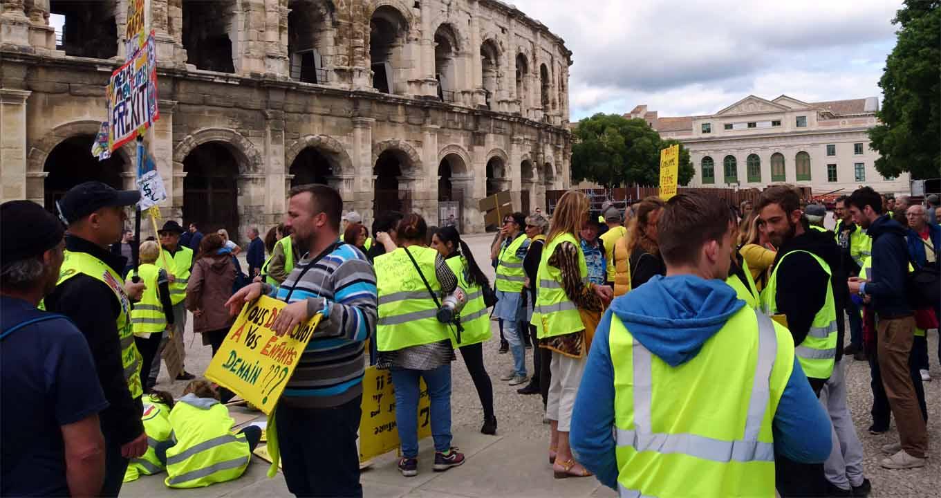 Gelbwesten versammeln sich vor der Arena in Nîmes