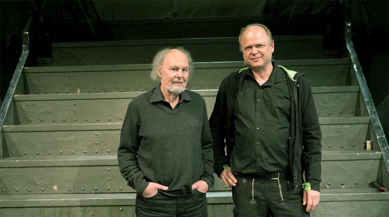 Ludwig und Harpain vor einer Treppe
