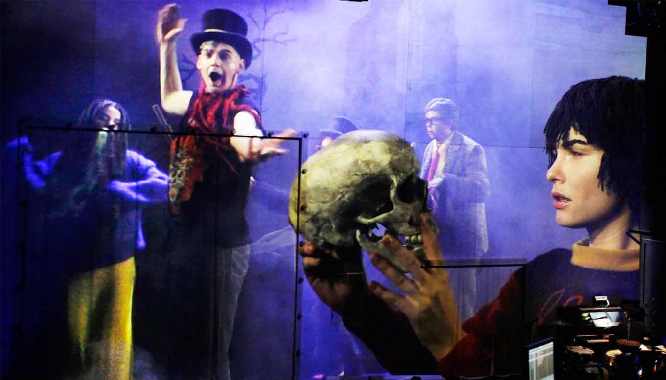 Hamlet mit Totenkopf vor Partykulisse